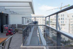 מעקה אלומיניום למרפסת